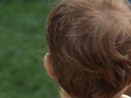 testa di un bambino fotografata da dietro