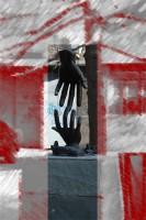 scultura di due mani che si sfiorano