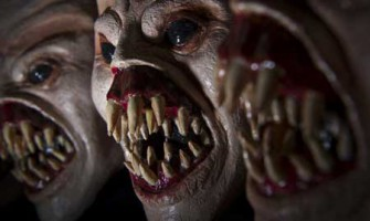 maschere paurose con bocche grandi e tanti denti aguzzi