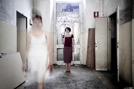 foto artistica con due donne in reparto di psichiatria abbandonato