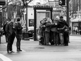 Costruire un rapporto: gente che si abbraccia tra i passanti