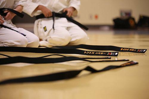 cinture nere da judo in primo piano