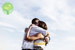 Abbraccio tra due persone